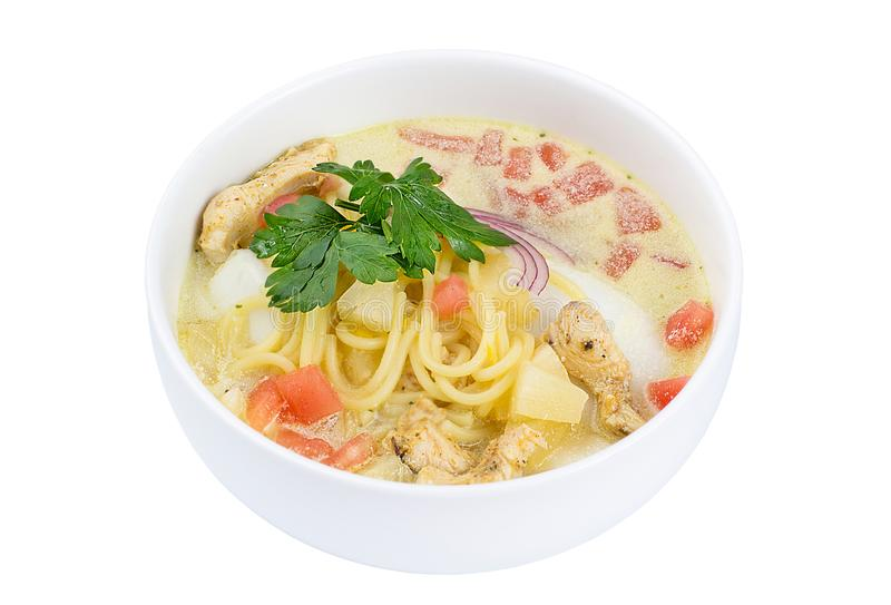 Sikt för hög vinkel av thailändsk mat - höna och nudlar i kokosnöt mjölkar soppa som isoleras på vit Läcker soppa med kött och nu royaltyfri bild