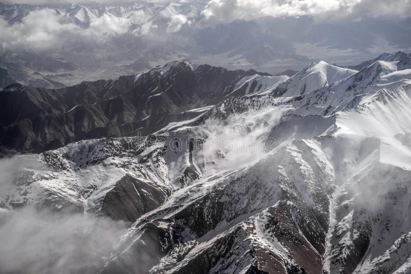 Sikt för hög vinkel för berg för vinterlandskapsnö från flygplanet Leh Ladakh Indien royaltyfri foto