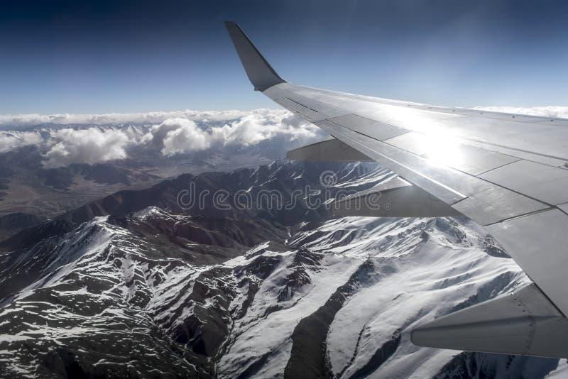 Sikt för hög vinkel för berg för vinterlandskapsnö från flygplanet Leh Ladakh Indien royaltyfria bilder
