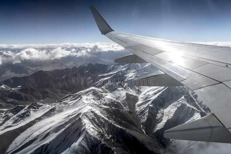 Sikt för hög vinkel för berg för vinterlandskapsnö från flygplanet Leh Ladakh Indien arkivbild