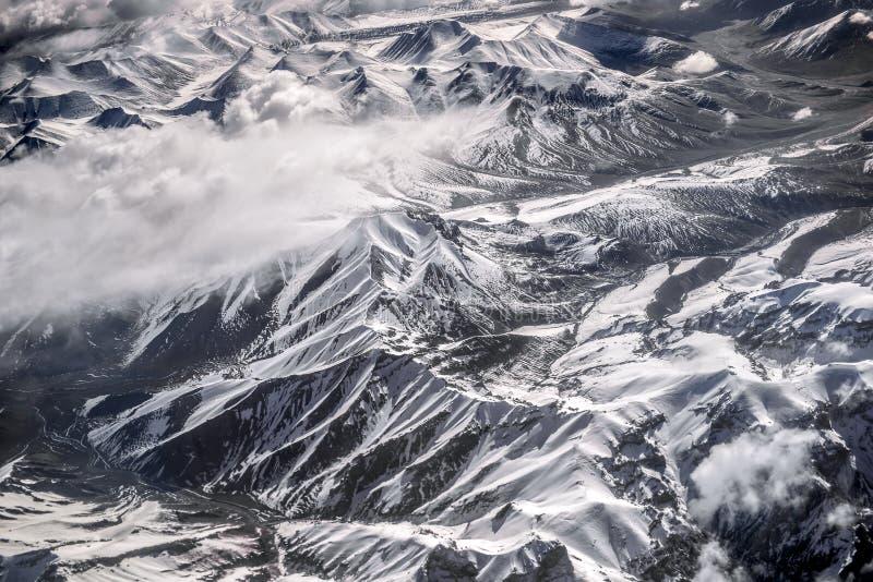 Sikt för hög vinkel för berg för vinterlandskapsnö från flygplanet Leh Ladakh Indien royaltyfria foton