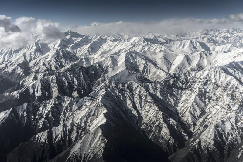 Sikt för hög vinkel för berg för vinterlandskapsnö från flygplanet Leh Ladakh Indien royaltyfri fotografi