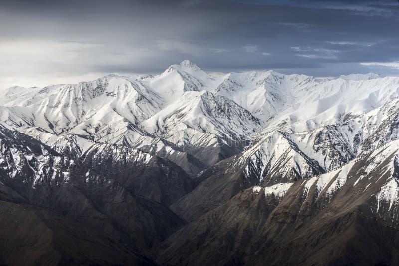 Sikt för hög vinkel för berg för vinterlandskapsnö från flygplanet Leh Ladakh Indien arkivfoton