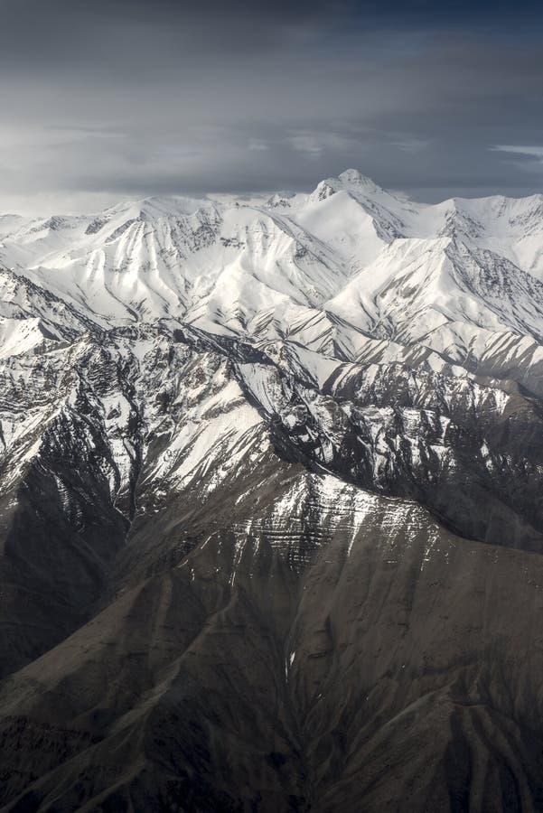 Sikt för hög vinkel för berg för vinterlandskapsnö från flygplanet Leh Ladakh Indien arkivbilder