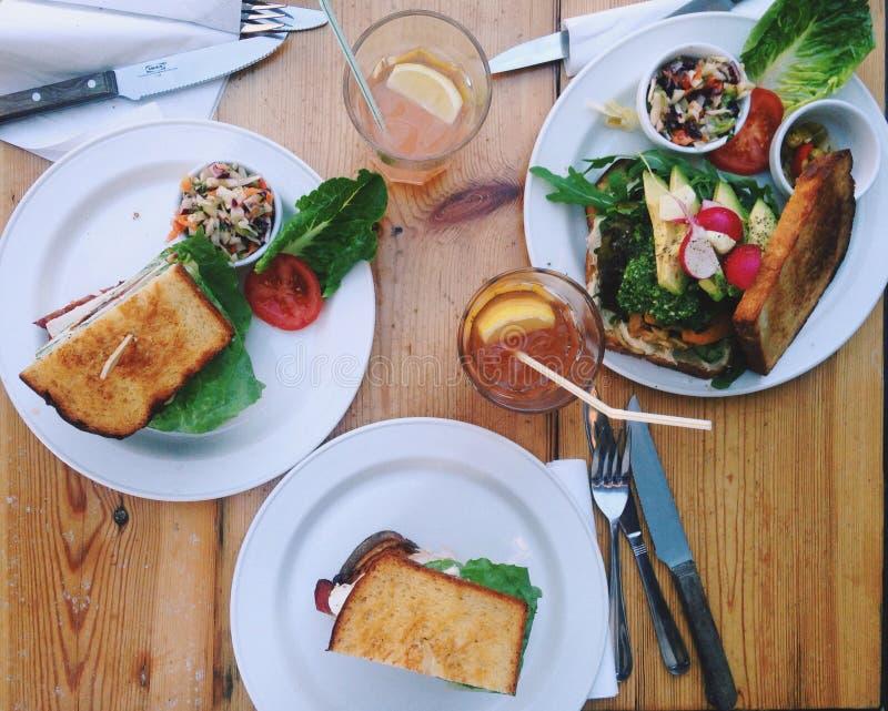 Sikt för hög vinkel för närbild av smörgåsar på tabellen fotografering för bildbyråer