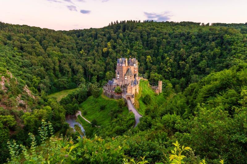 Sikt för hög vinkel på Eltz slottTyskland arkivbild