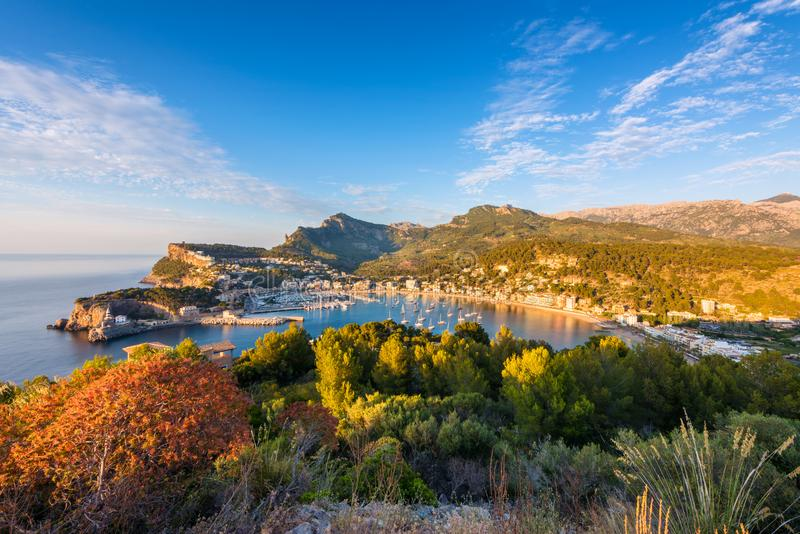 Sikt för hög vinkel på Port de Soller Mallorca på solnedgången royaltyfri foto