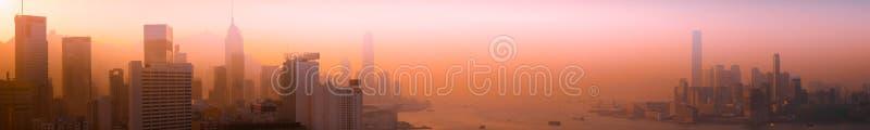 Sikt för Hong Kong flyg- cityscapepanorama på solnedgången arkivbild
