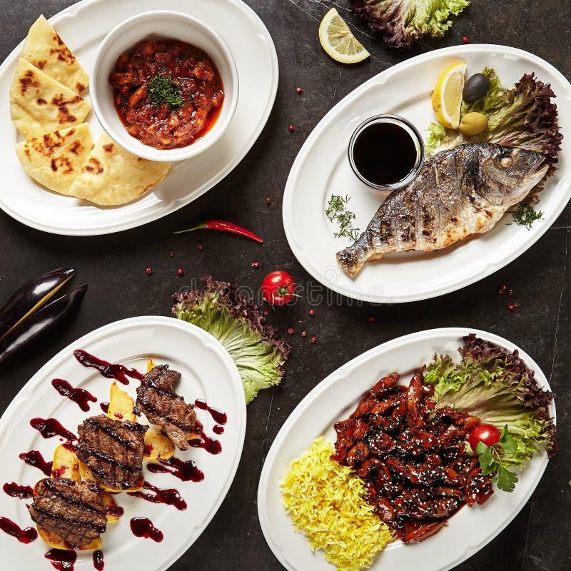 Sikt för huvudsaklig kurs för för restaurangportionkött och fisk bästa arkivfoton