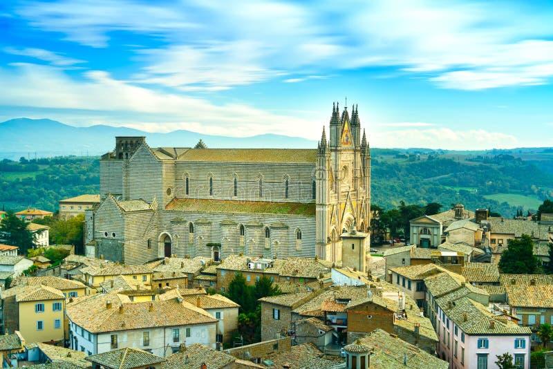 Sikt för kyrklig och gammal by Orvieto för medeltida Duomodomkyrka flyg-. Italien royaltyfri fotografi