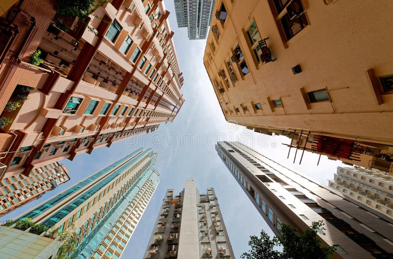 Sikt för låg vinkel av bostads- torn för höghus med fullsatta smala lägenheter arkivbild