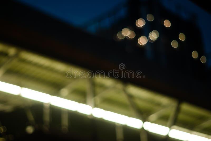 Sikt för låg vinkel av den gångbanaplanskilda korsningen och andelslägenheten i natten Ljus - guling arkivfoton
