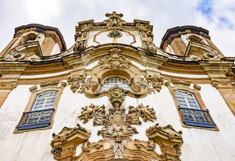 Sikt för låg vinkel av den gamla och historiska kyrkan i Ouro Preto, Minas Gerais fotografering för bildbyråer