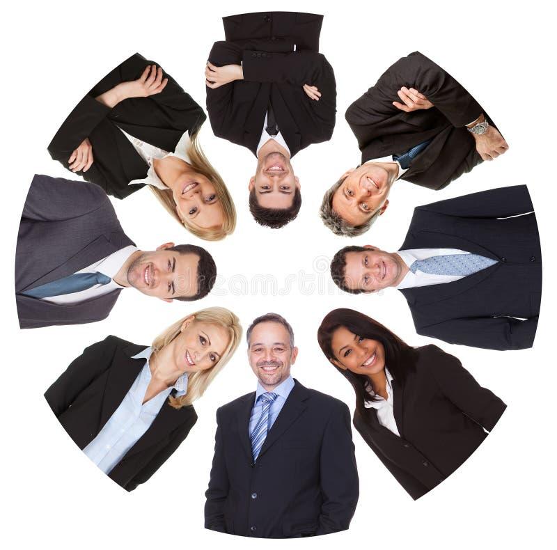 Sikt för låg vinkel av den olika gruppen av affärsfolk arkivfoton