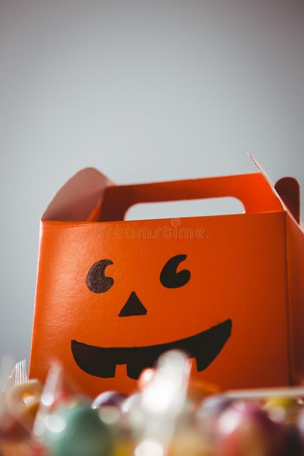 Sikt för låg vinkel av den orange asken med den anthropomorphic smileyframsidan fotografering för bildbyråer