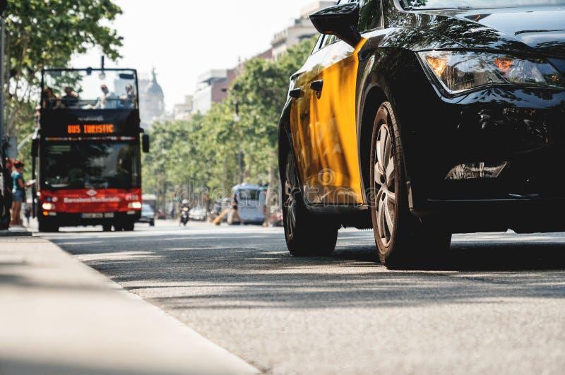 Sikt för låg vinkel av den touristic sightbussen för bilar royaltyfri fotografi