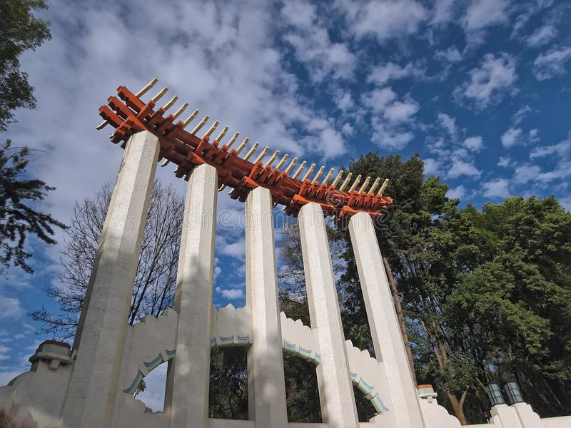Sikt för låg vinkel av det Lindbergh forumet i `-Parque Mexico ` i Mexico - stad, Mexico arkivbilder