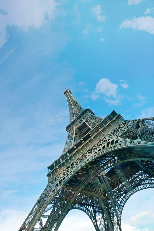 Download Sikt För Låg Vinkel Av Eiffeltorn Arkivfoto - Bild av europa, oklarheter: 78730736