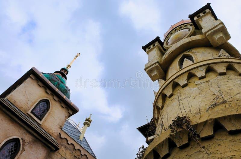 Sikt för låg vinkel av en slott mot en molnig himmel royaltyfria foton