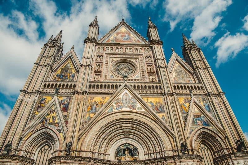 sikt för låg vinkel av fasaden av den forntida historiska Orvieto domkyrkan i Orvieto, Rome royaltyfri foto
