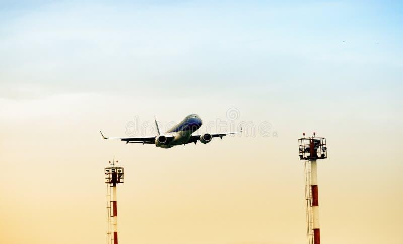 Sikt för låg vinkel av flygplan arkivbilder