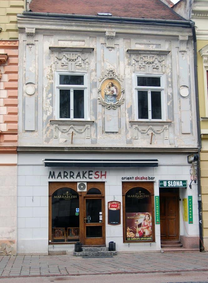 Sikt för låg vinkel av härlig färgrik målning på väggen av byggnad royaltyfri bild