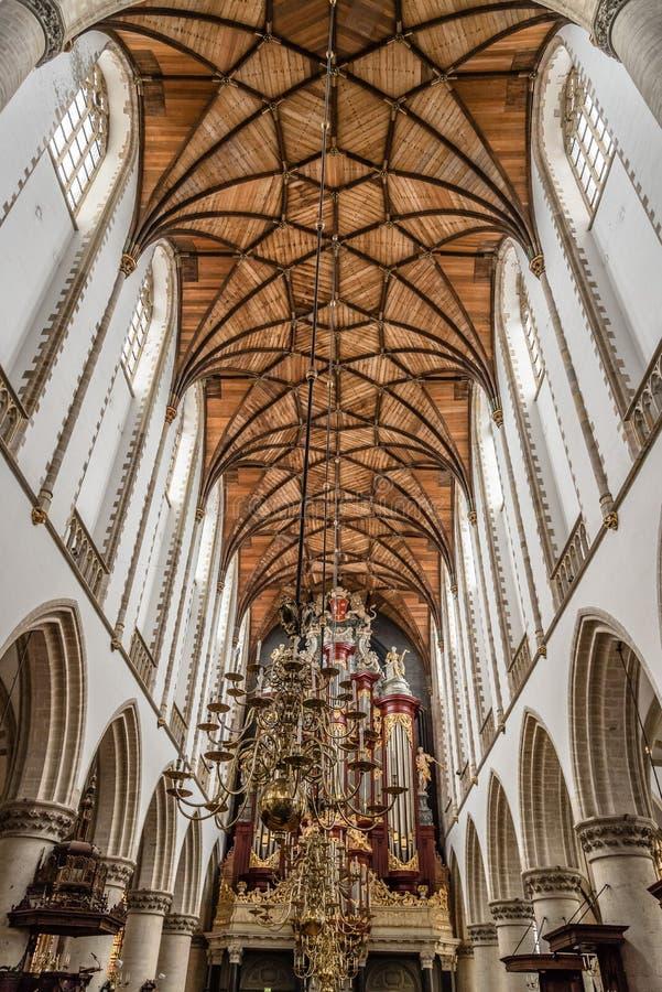 Sikt för låg vinkel av inre av domkyrkan av Haarlem arkivfoto