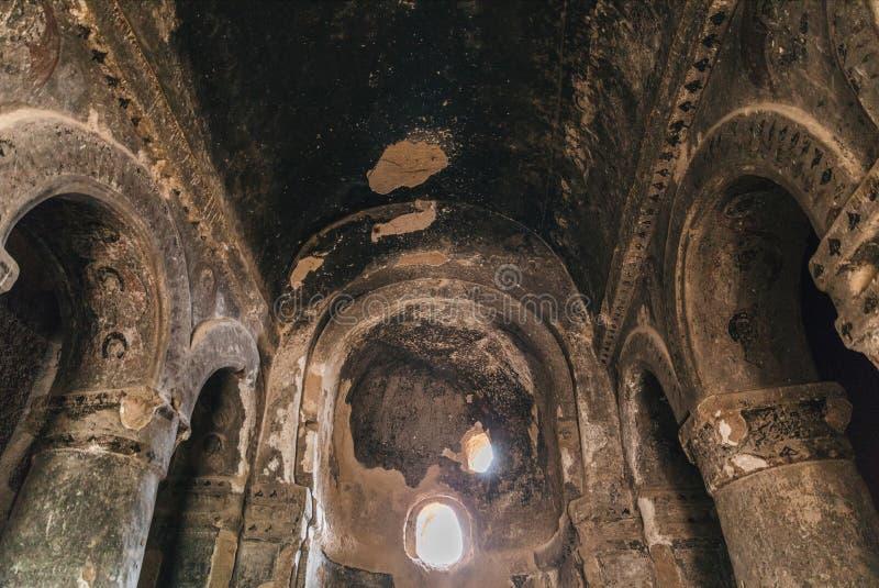 sikt för låg vinkel av inre av gammal historisk byggnad med kolonner, royaltyfri bild