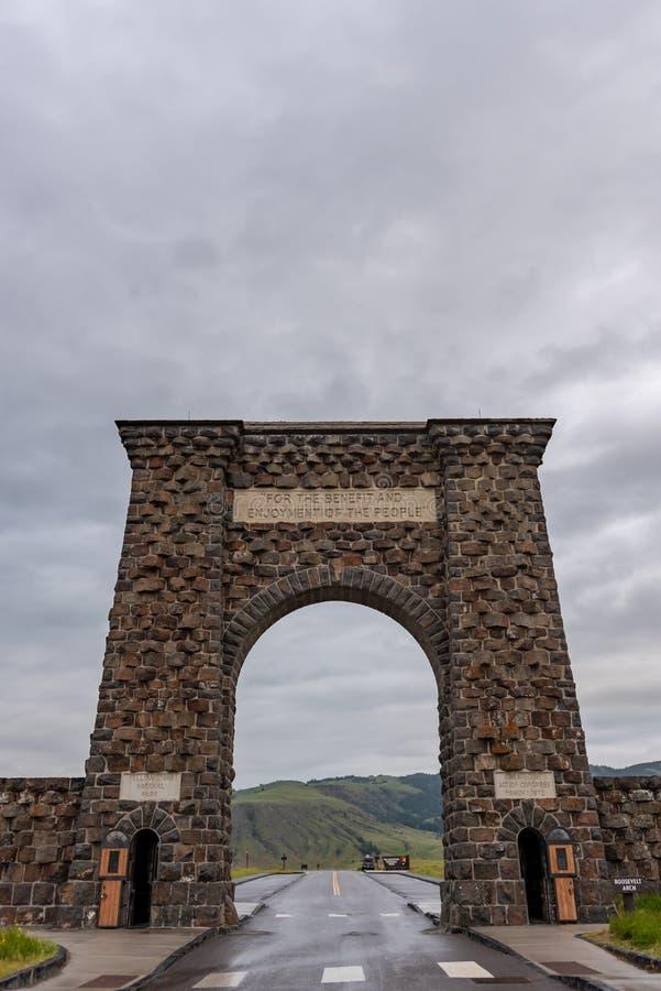 Sikt för låg vinkel av Roosevelt Arch royaltyfri bild