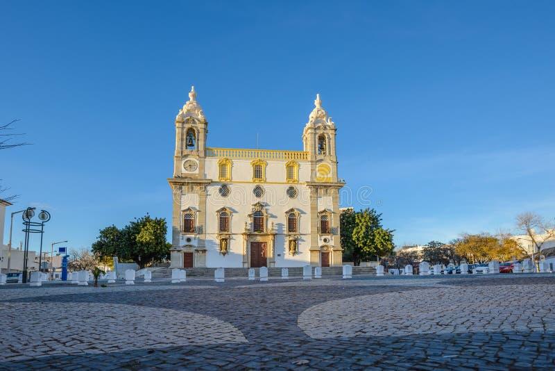 Sikt för låg vinkel av Sé-domkyrkan i stad av Faro, Portugal arkivbilder