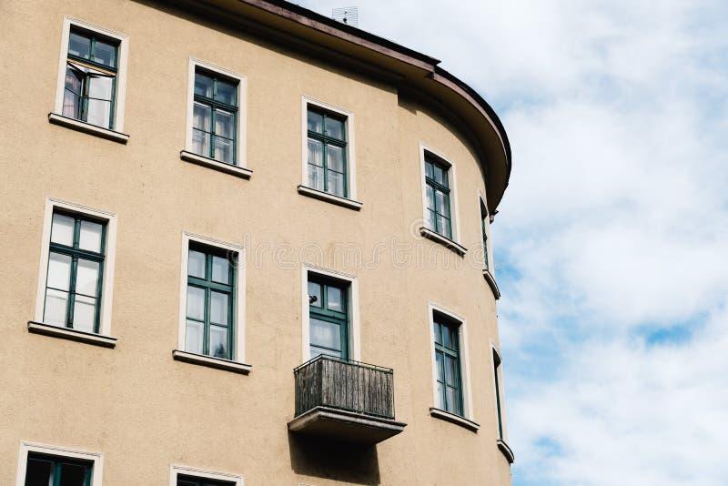 Sikt för låg vinkel av traditionell bostads- byggnad i plåga arkivfoton
