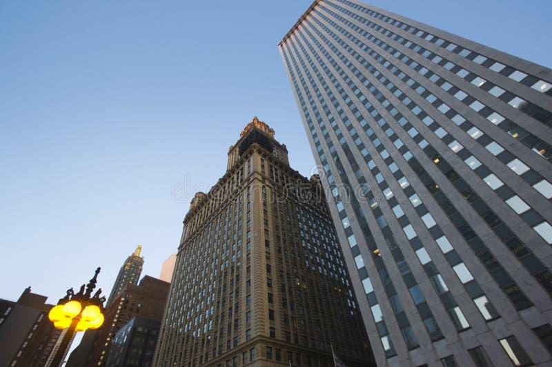 Sikt för låg vinkel för skyskrapor Chicago Illinois