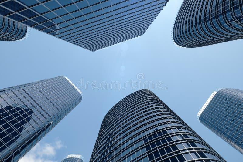 sikt för låg vinkel för illustration 3D av skyskrapor Skyskrapor på i dagen som upp ser perspektiv Nedersta sikt av skyskrapor royaltyfri fotografi