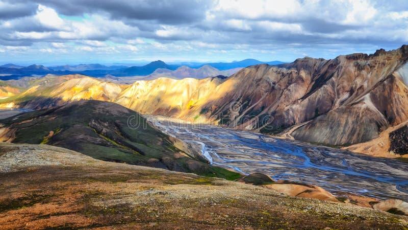 Sikt för Landmannalaugar färgrik bergliggande royaltyfri fotografi