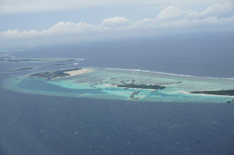 Sikt för luftnivå över atoll i den Maldiverna ön royaltyfria bilder