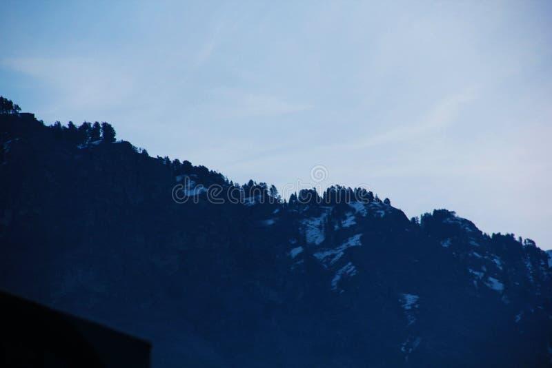 Sikt för Manali bergnatt med vitt snöglöd royaltyfri foto