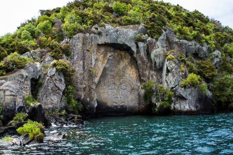 Sikt för maorihällristningkryssning, sjö Taupo Nya Zeeland arkivfoto