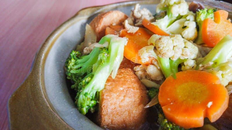 Sikt för Mapo Tofunärbild med moroten, broccoli och Fried Tofu royaltyfria foton