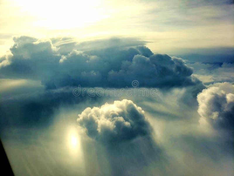 Sikt för moln för fönsterplats arkivbild