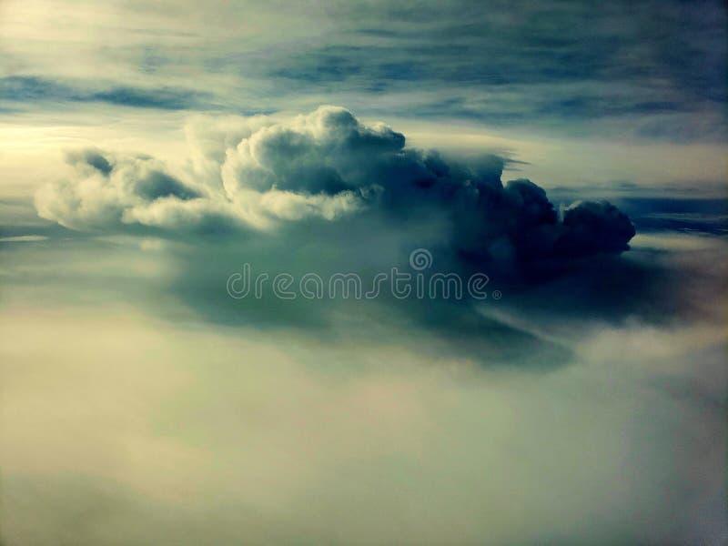 Sikt för moln för fönsterplats royaltyfria bilder
