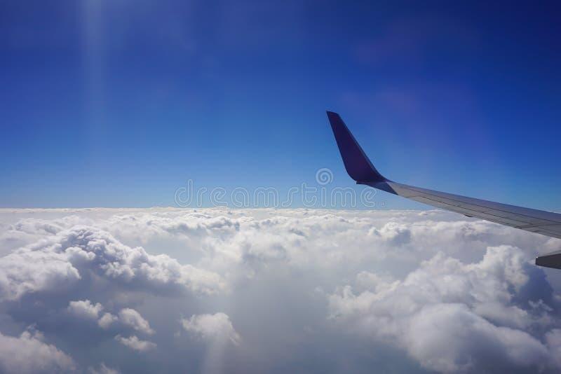 Sikt för molnig himmel från flygplanfönster fotografering för bildbyråer