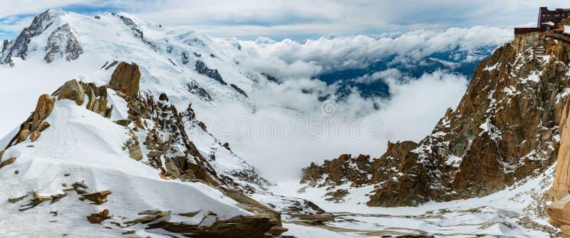 Sikt för Mont Blanc bergmassiv från den Aiguille du Midi monteringen arkivfoton