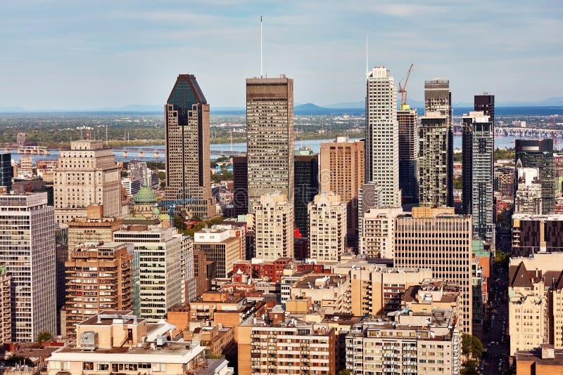 Sikt för Montreal stadshorisont från monteringskunglig person i Quebec, Kanada arkivfoto