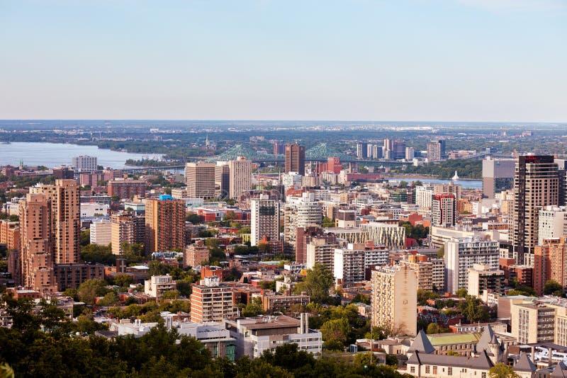 Sikt för Montreal stadshorisont från monteringskunglig person i Quebec, Kanada arkivbilder
