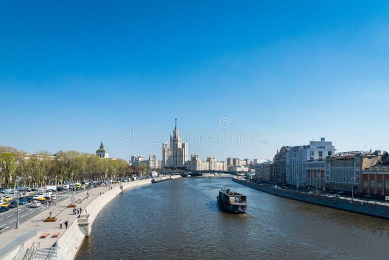 Sikt för Moskvastadsflod med en skyskrapa för sju systrar i Moskva, Ryssland arkivfoto