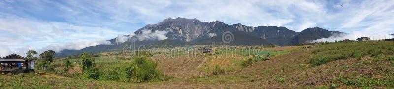 Sikt för Mount Kinabalu morgonpanorama, Kampung Mesilou, Kundasang, Sabah, Malaysia royaltyfri bild