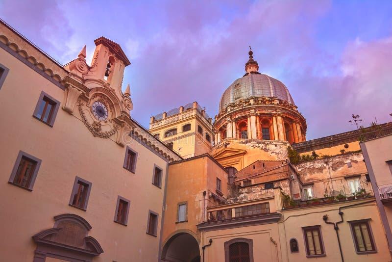 Sikt för Napoli Italien Toledo borggårdbotten-upp på solnedgången arkivbilder