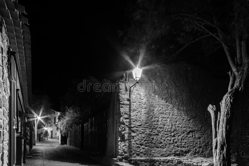 Sikt för natt för Carcassonne medeltida stadsgata i svartvitt royaltyfri fotografi