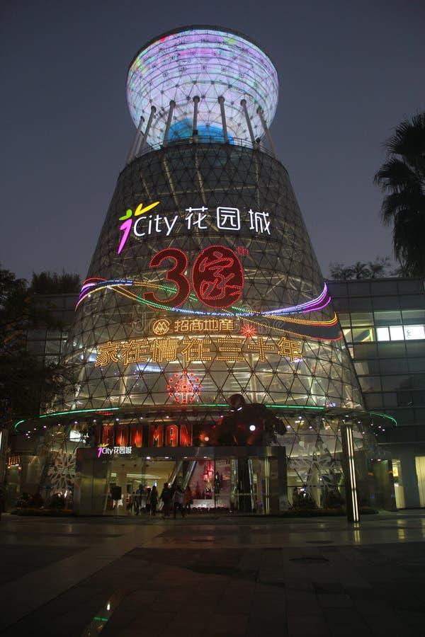 Sikt för natt för köpcentrum för trädgårds- stad för Shenzhen shekou arkivfoto