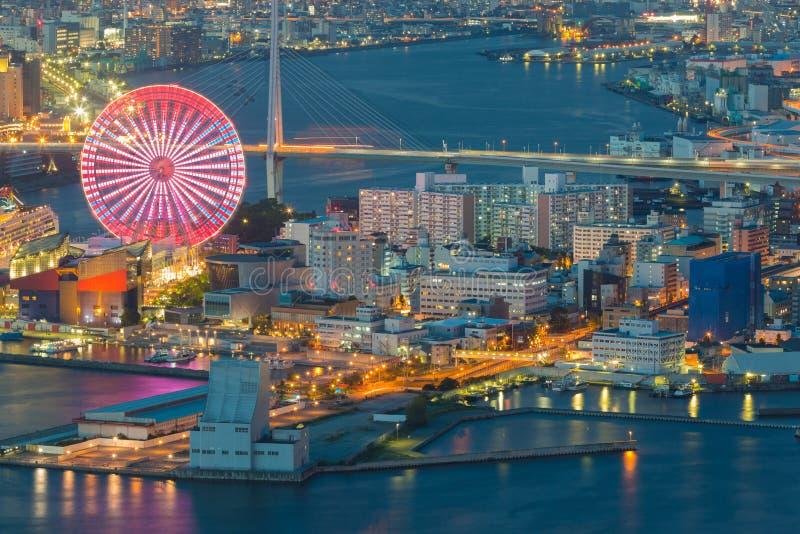 Sikt för natt för Osaka cityscape härlig av Osaka Bay i Japan sikt från cosmotorn royaltyfri bild